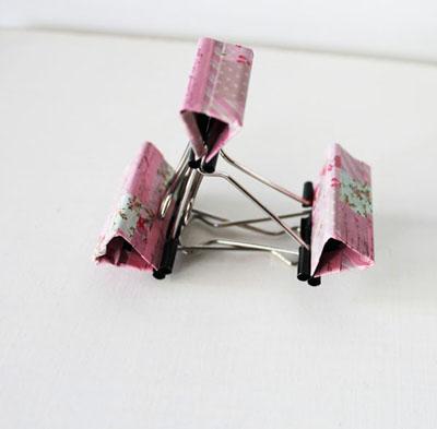 bạn có thể dùng băng dính màu dán lên kẹp giấy để trang trí theo sở thích của bạn trước khi thực hiện các bước trên.