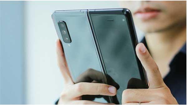Galaxy Fold hoàn thiện bởi khung kim loại cứng cáp