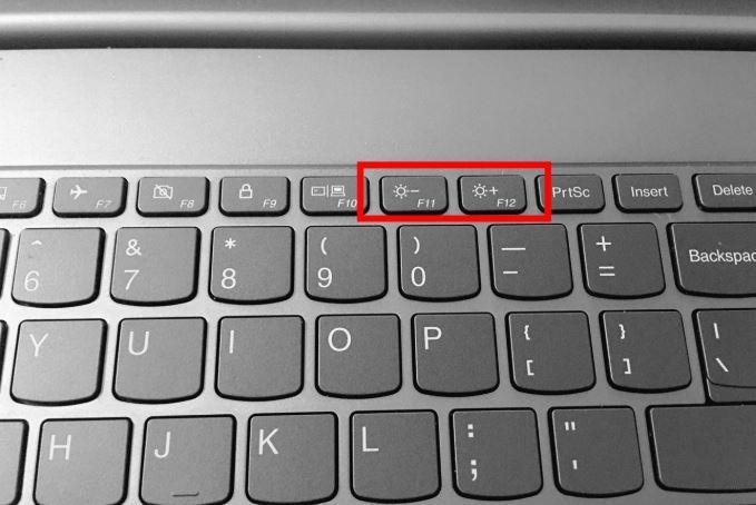Điều chỉnh độ sáng màn hình bằng tổ hợp phím Fn và phím chức năng